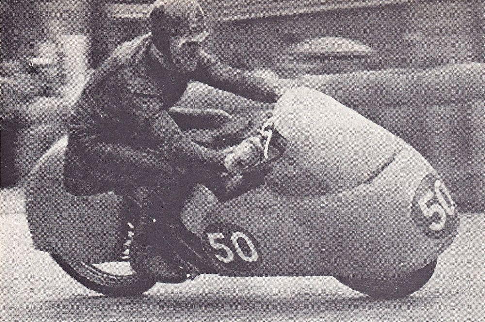 """350 cc winnaar Fergus Anderson op zijn """"badkuip""""-Guzzi."""