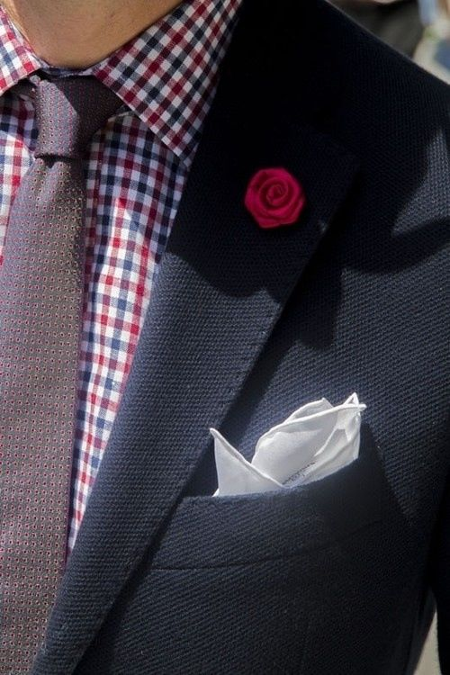 Den Look kaufen:  https://lookastic.de/herrenmode/wie-kombinieren/sakko-businesshemd-krawatte-einstecktuch-anstecknadel/1093  — Dunkelblaues Sakko  — Dunkelrote gepunktete Krawatte  — Weißes Seide Einstecktuch  — Dunkelrotes Businesshemd mit Vichy-Muster  — Roter Anstecknadel