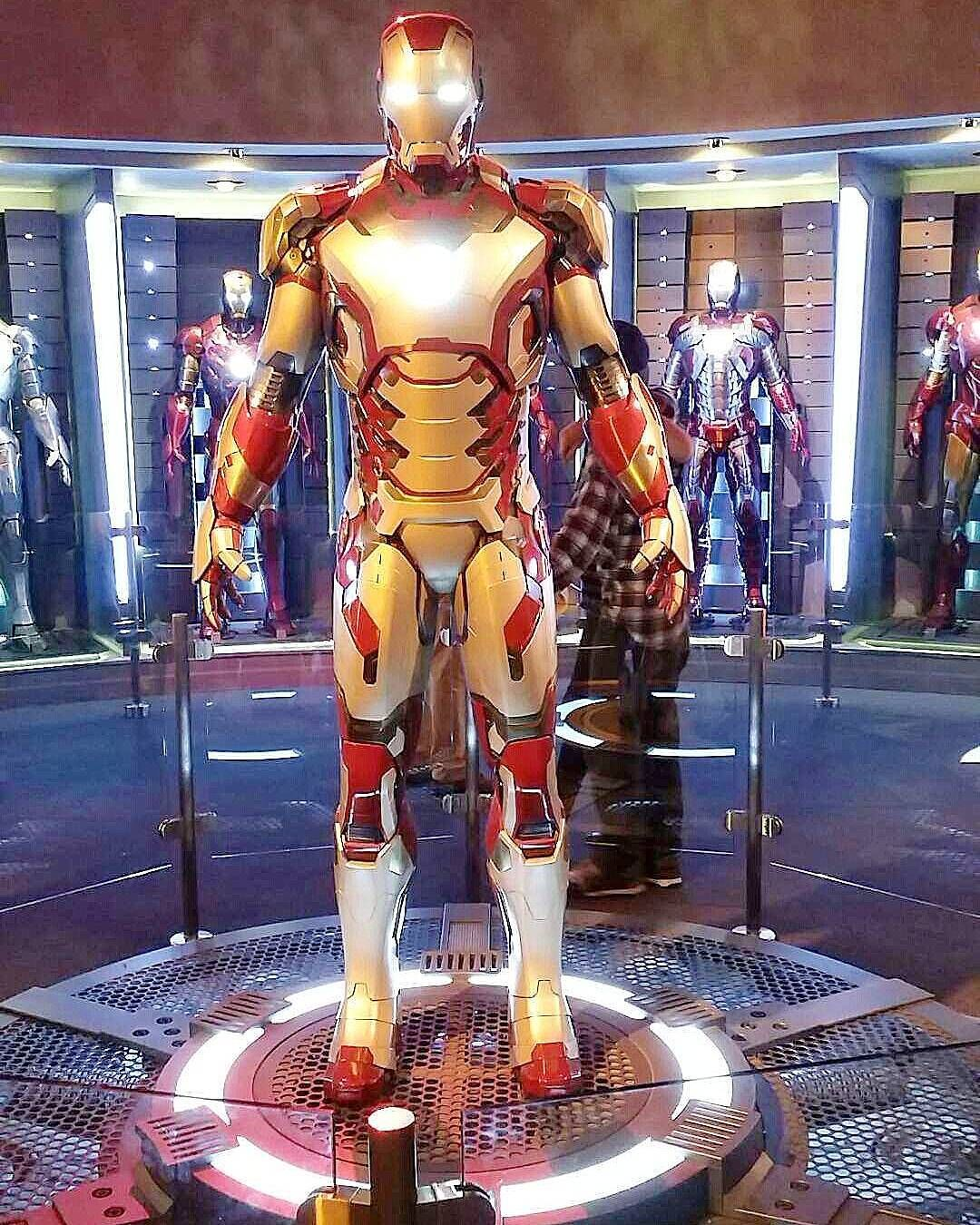 """I got the chance to geek out a little bit today while waiting to meet up with @jardene hahaha I lost my mind when they said """"Come take pictures with Thor!"""" .... but I didn't  #TGIM #experiencethemagic #avengersassemble #ironman #ironaddict #latepost #Disneyland by ehay079"""