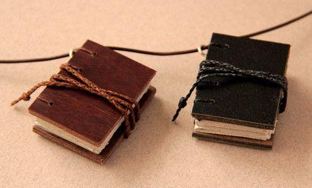 2 mini-livros e 1 colar