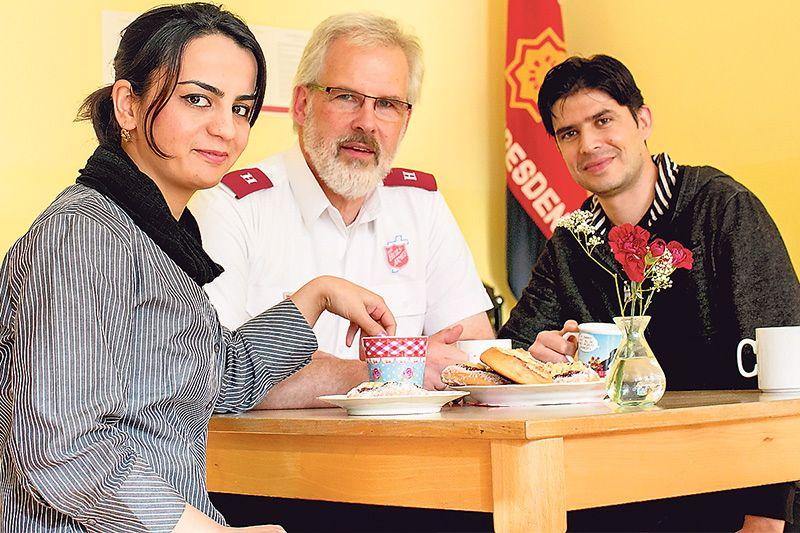 """""""Gert ist unser bester Freund"""", sagt Eimal Aslami. Der afghanische Flugzeugmechaniker und seine Frau Behishta (29, Mathelehrerin) fassten Fuß in Dresden. Die Heilsarmee half ihnen dabei. Foto: MOPO24/Steffen Füssel"""