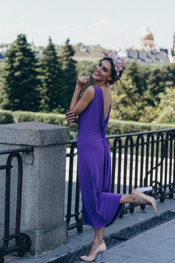 5514a8679 Invitada Perfecta By Bridalada. Vestido morado y tiara de flores ...