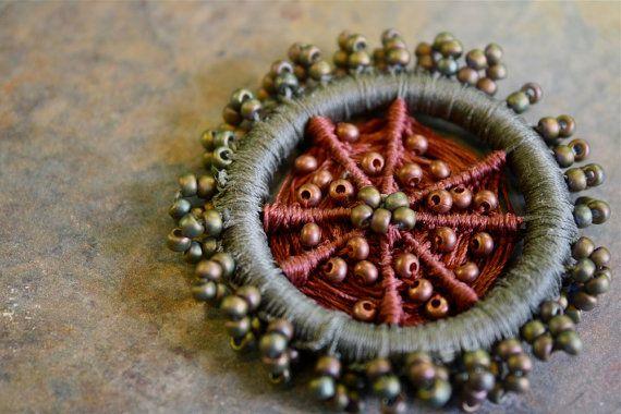 Perlen Dorset Knopf-Brosche in Olive und Kupfer