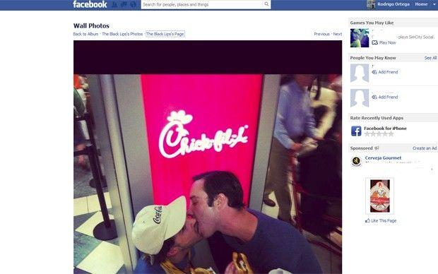 Músicos do Black Lips se beijam em protesto contra restaurante nos EUA http://entretenimento.gay1.com.br/2012/08/musicos-do-black-lips-se-beijam-em.html Banda de Atlanta participou  de ato contra empresa com CEO 'antigay'. Foto dos músicos se beijando foi postada nesta sexta-feira (3) no Facebook. (Foto: Reprodução/Facebook)