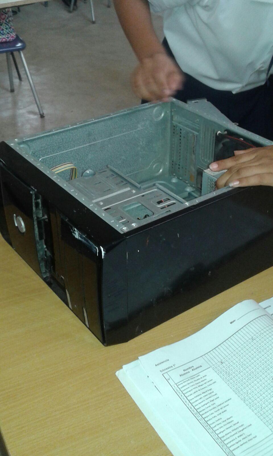 es la estructura metálica o plástica, cuya función consiste en albergar y proteger los componentes internos como la unidad central de procesamiento (CPU), la memoria de acceso aleatorio (RAM), la placa madre, la fuente de alimentación,