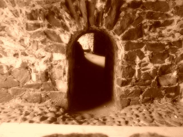 Victorian Gothik Sepia: Suomenlinnassa: Dungeon of Count of Monte Cristo - tyrmässä.