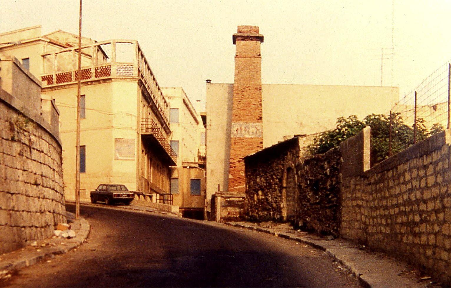 GELA, VIA C. COLOMBO, LA CIMINIERA ABBATTUTA NEL 1995 SU ORDINANZA DEL COMUNE PER FARE UN FAVORE A UN PRIVATO (SIC) (COPYRIGHT NUCCIO MULE')