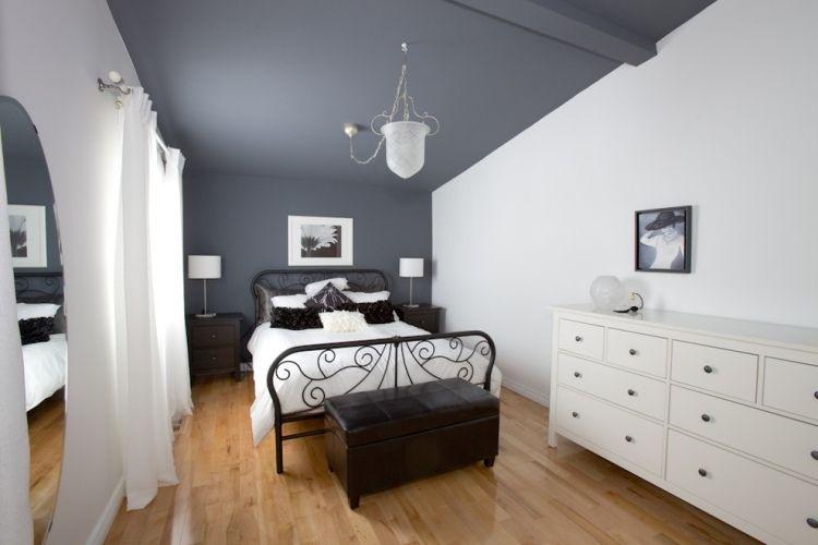 Chambre grise avec commode blanche et suspension originale