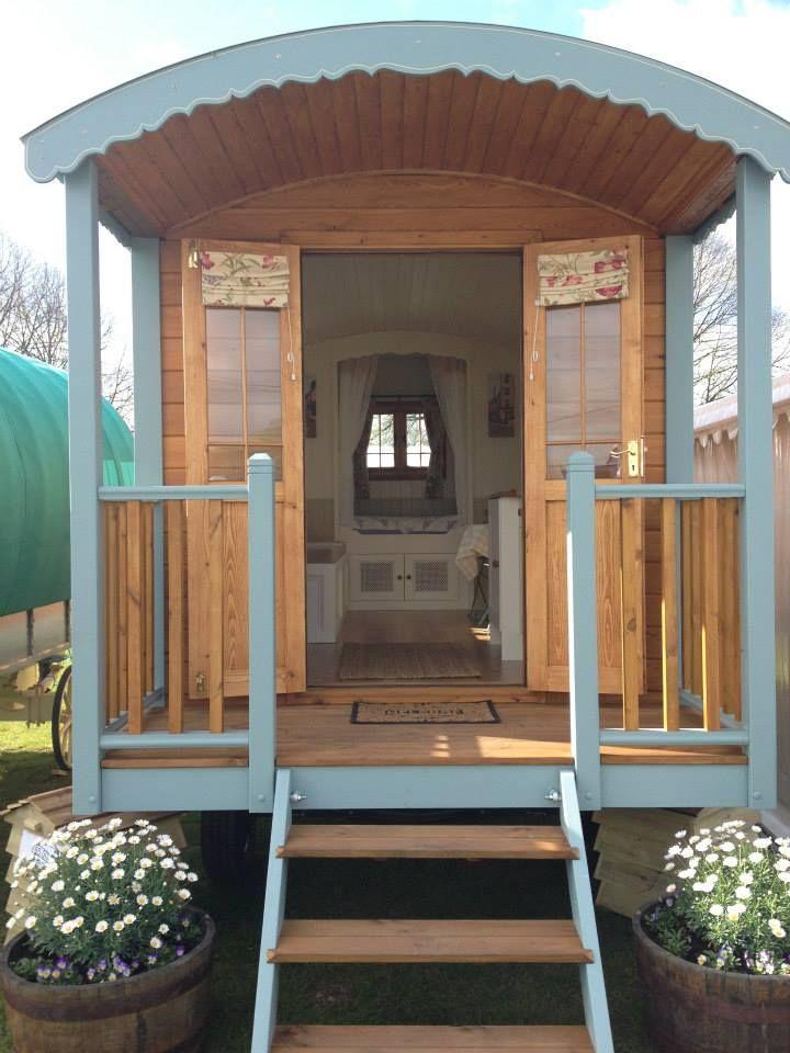 outside look of gypsy caravan caravanes roulottes pinterest caravane roulotte gitane et. Black Bedroom Furniture Sets. Home Design Ideas
