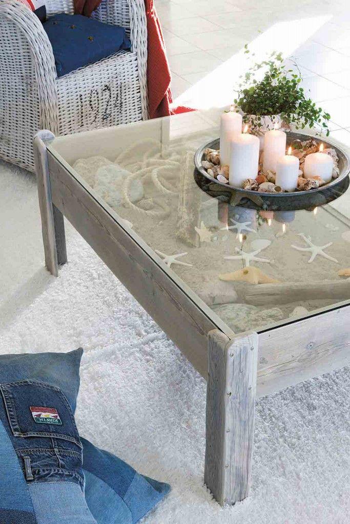 Ein Wohnzimmertisch Aus Holz Im Hampton Style Dekoriert Mit Sand Und