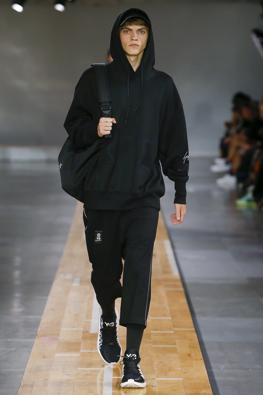 new arrivals fae2c b3df3 Y-3 Spring 2018 Menswear Collection Photos - Vogue 帽衫廓形和袖子设计细节