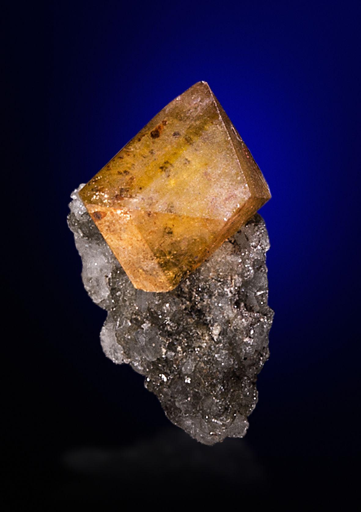 Kainosite Hopffeldgraben, Obersulzbachtal, Pinzgau, Salzburg, Austria Size: 0.8 x 0.5 x 0.5 cm