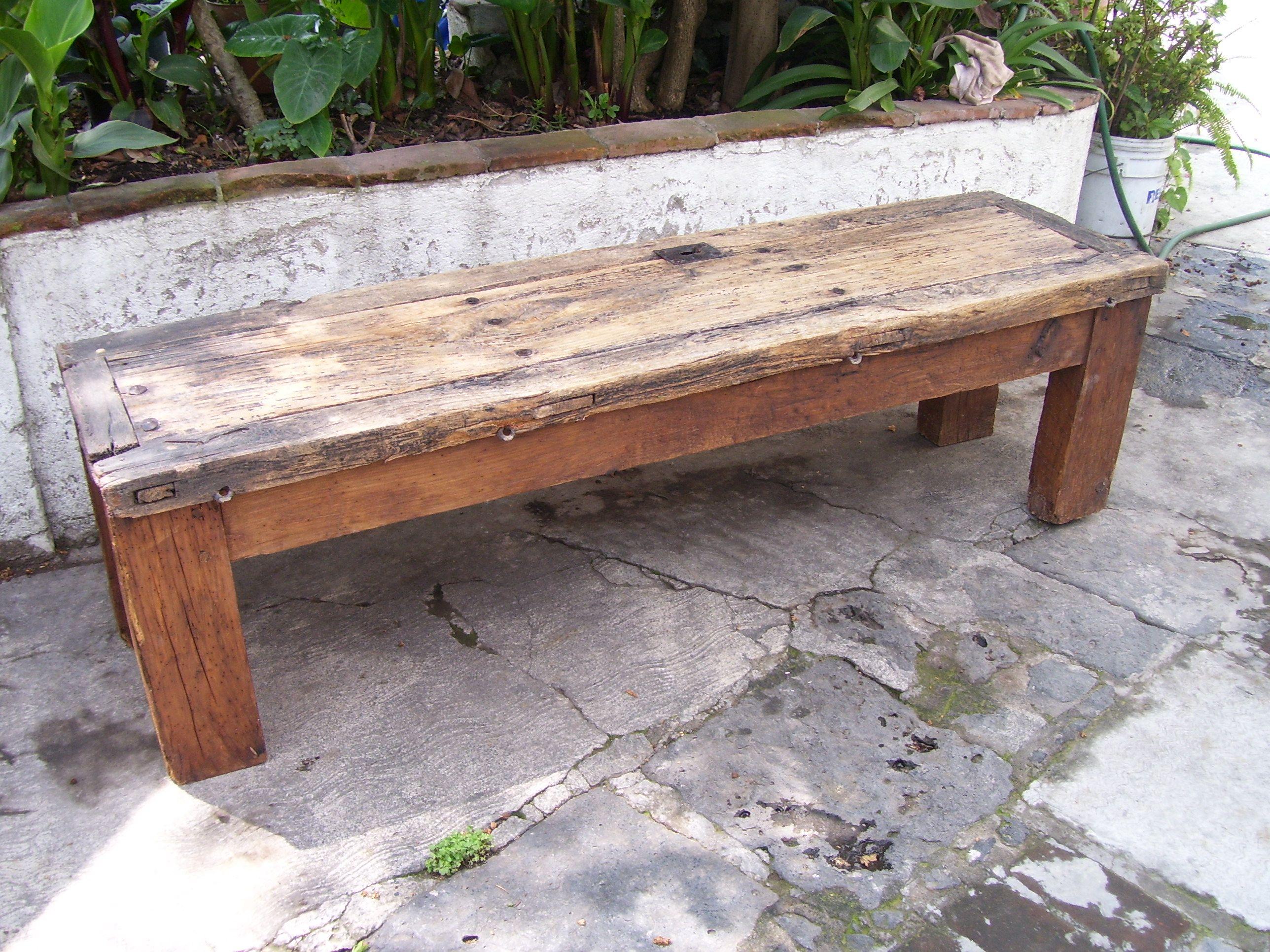 Mesa de puerta antigua con clavos y cerrojo frente x for Mesa madera antigua