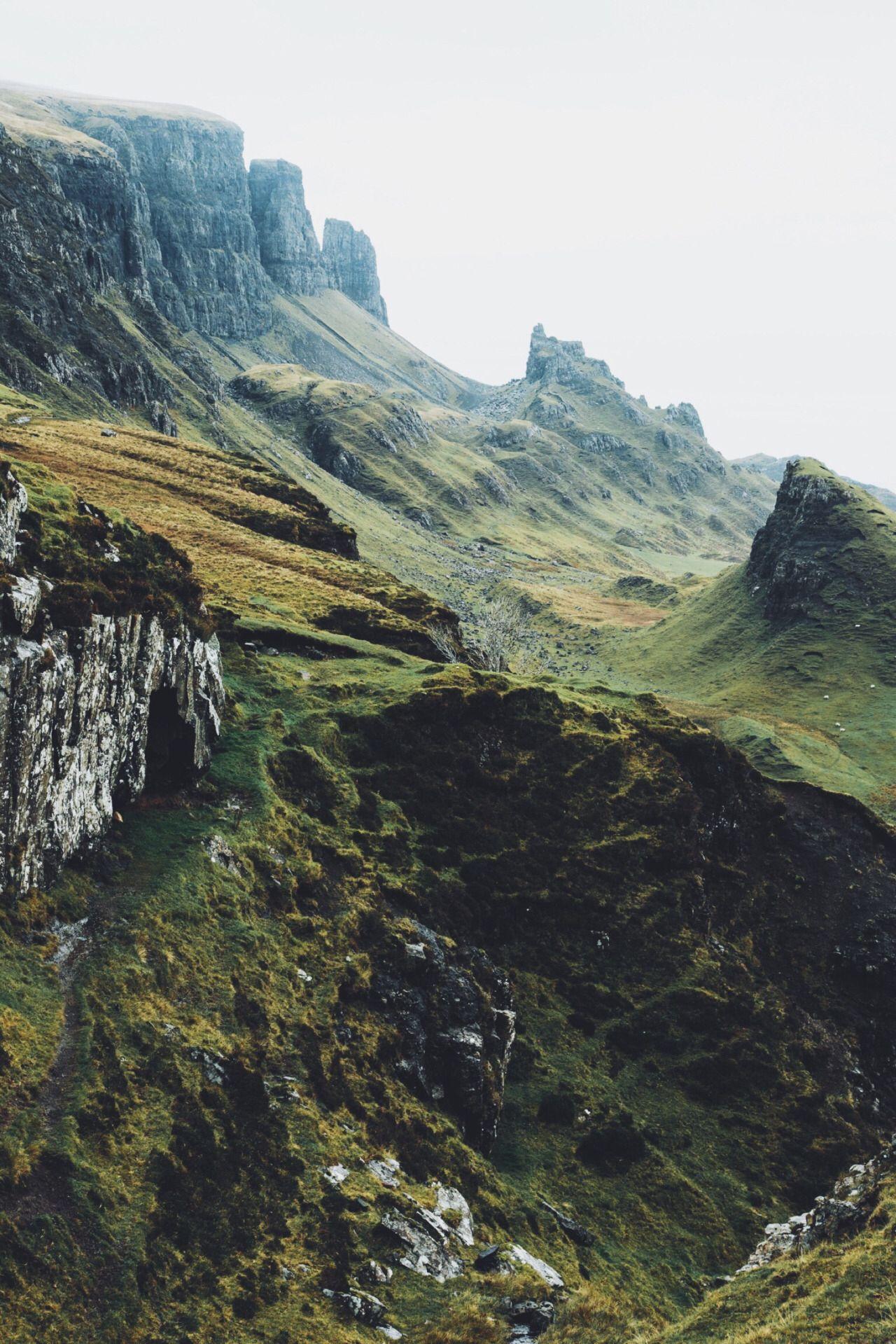 Bemooste Felshänge einer Bergkette #berglandschaft #berge #mountains #moneyspells