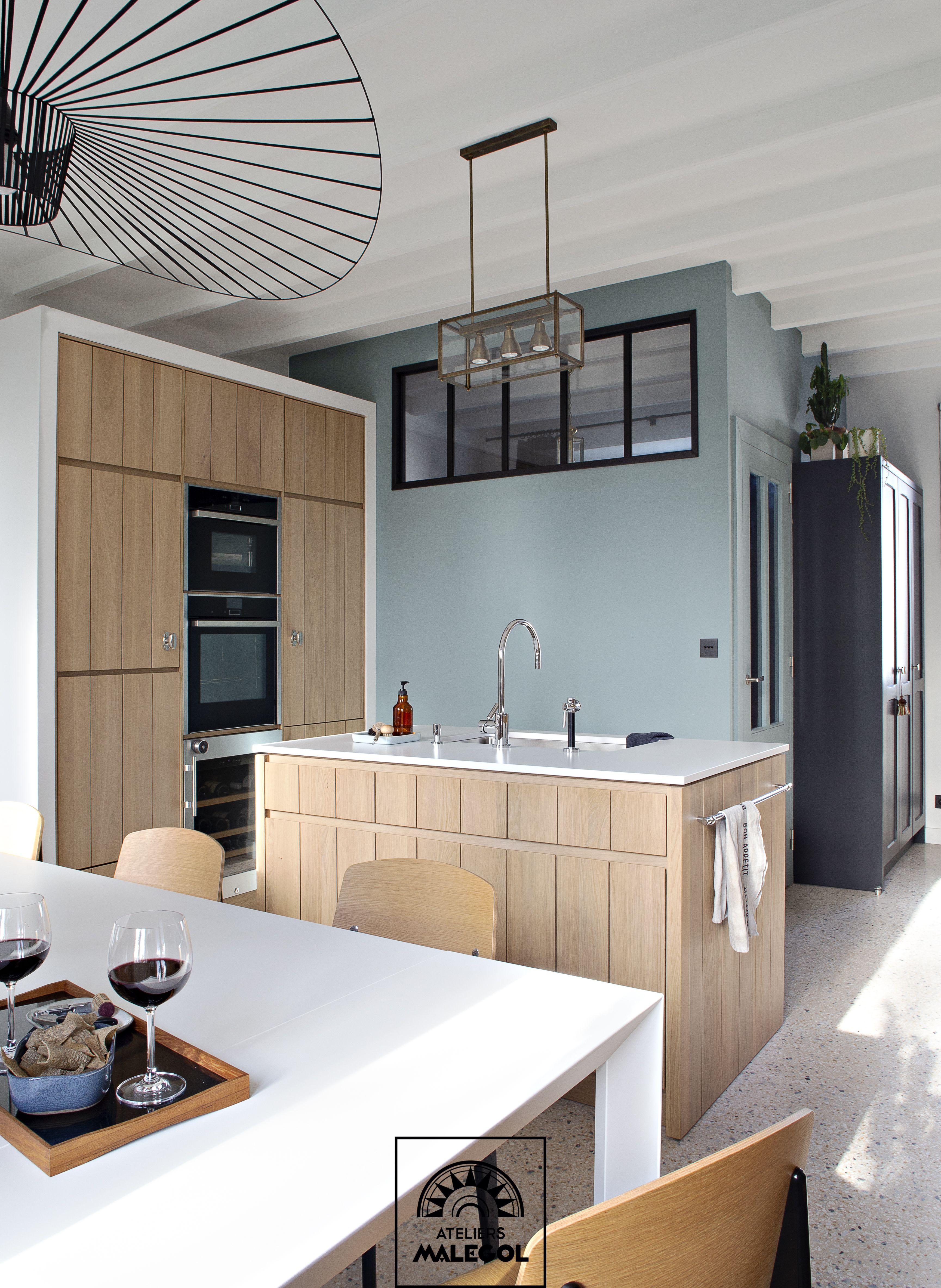 Une Cuisine Moderne Au Style Atelier Contemporain Au Sol En Granito Meubles En Chene Massif Trois Cuisine Moderne Agencement Interieur Cuisine Haut De Gamme