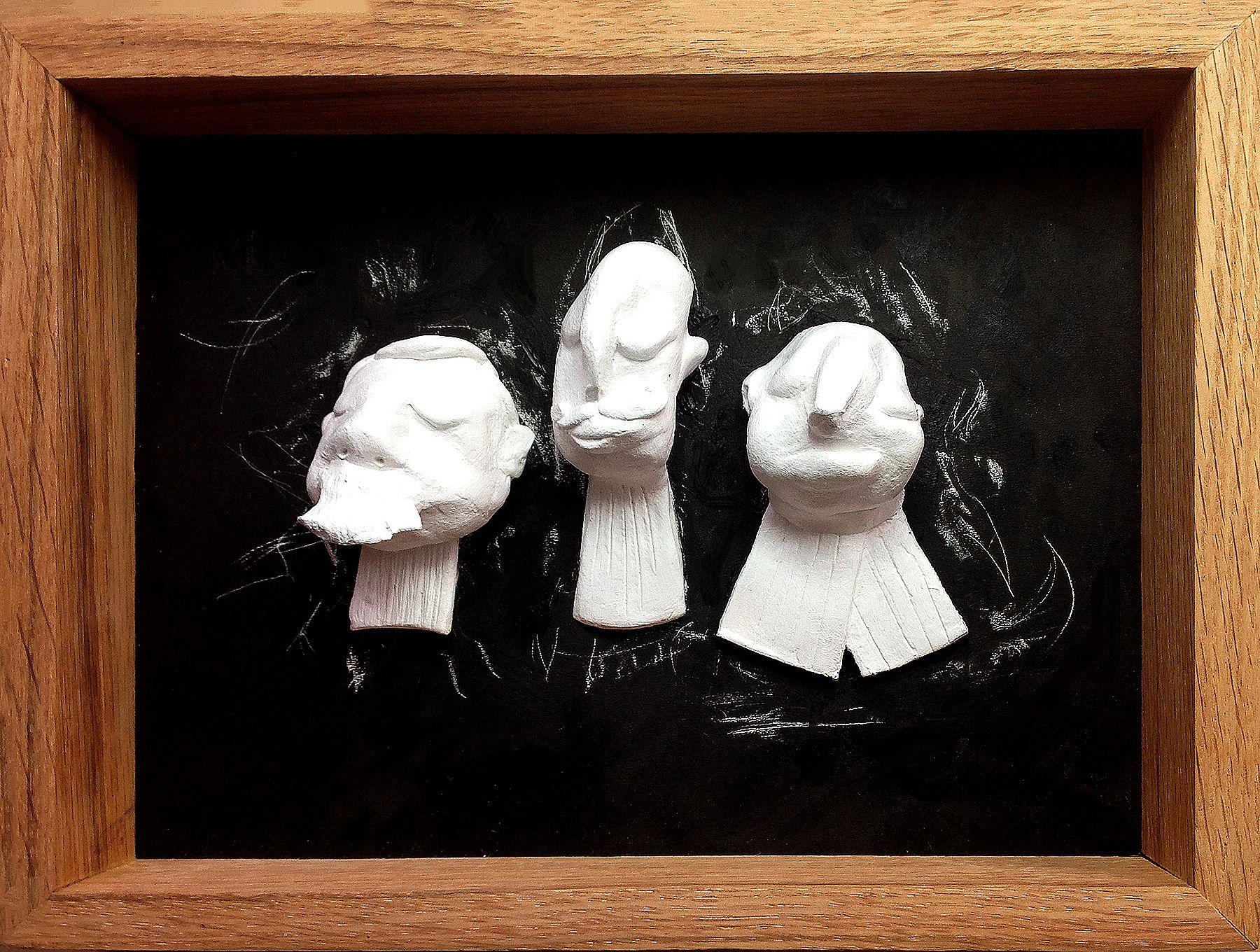 Petits avocats. 3 sculptures en argile blanche sur fond noir.Cadre en chêne, fait main.