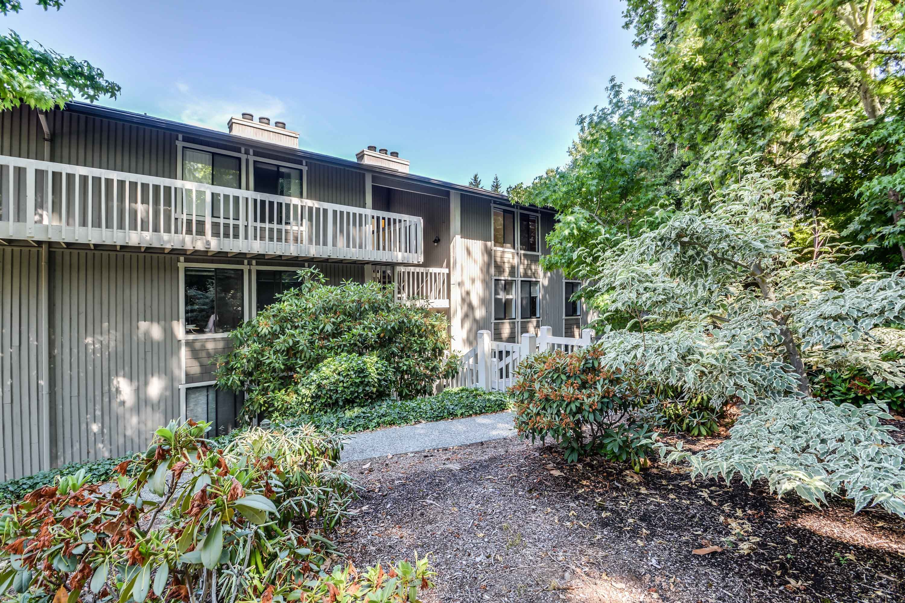 For details contact Laurie Tarantola at 425-246-8633. Downtown Mercer Island with a view!. Travertine entry greets you in this wonderful top floor 3 bed, 2 bath unit.