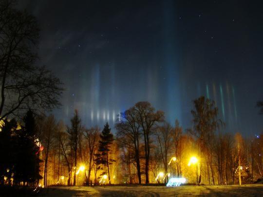 Espoon taivaalla näkyi tiistain vastaisena yönä komeita valoilmiöitä. Moni epäili revontulien värjänneen pimeyttä, mutta kyse oli kuitenkin aivan muusta. – Keinovalopilareitahan nämä, toteaa Sakari Lehtinen Ursasta. Tähtitieteellisen yhdistyksen Taivaanvahti-havaintojärjestelmästä käy ilmi, että keinovalopilareita ja muita haloilmiöitä näkyi yön ja varhaisen aamun aikana muuallakin Suomessa. Havaintoja on tullut muun muassa Turusta, Tampereelta, Kaarinasta ja Seinäjoelta.