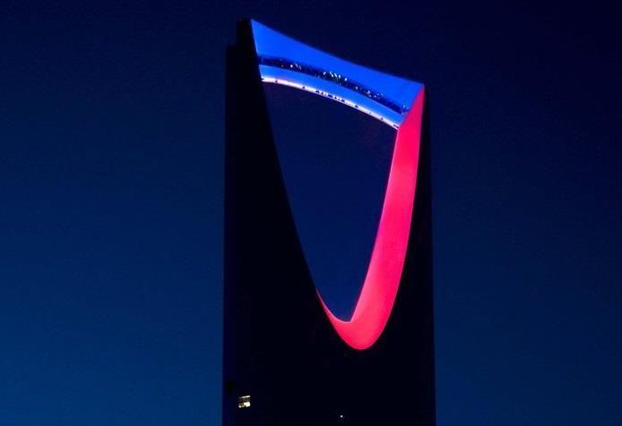 الوليد ينشر صورة لبرج المملكة بألوان العلم الفرنسي وأبرز معالم الخليج تضيء بالأحمر والأبيض والأزرق اخباريات Letters Symbols Digit