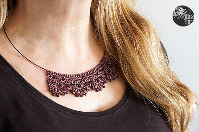 El collaret DENTELLE té l'aire romàntic de les puntes clàssiques de l'àvia, però amb un muntatge molt actual i modernitzat. Per realitzar-ho són necessàries unes nocions bàsiques de la …
