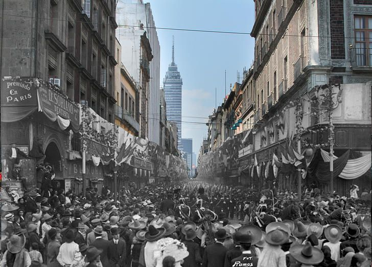 Calle Plateros (actual Madero) durante la conmemoración de la Independencia de México. Ciudad de México. Año desconocido.  El origen de esta fotografía es incierto, sin embargo por los detalles que pueden vislumbrarse en la toma de Ramos, bien podría tratarse de festejos populares con motivo de la conmemoración de la Independencia de México durante el Porfiriato en lo que hoy es la calle Madero.
