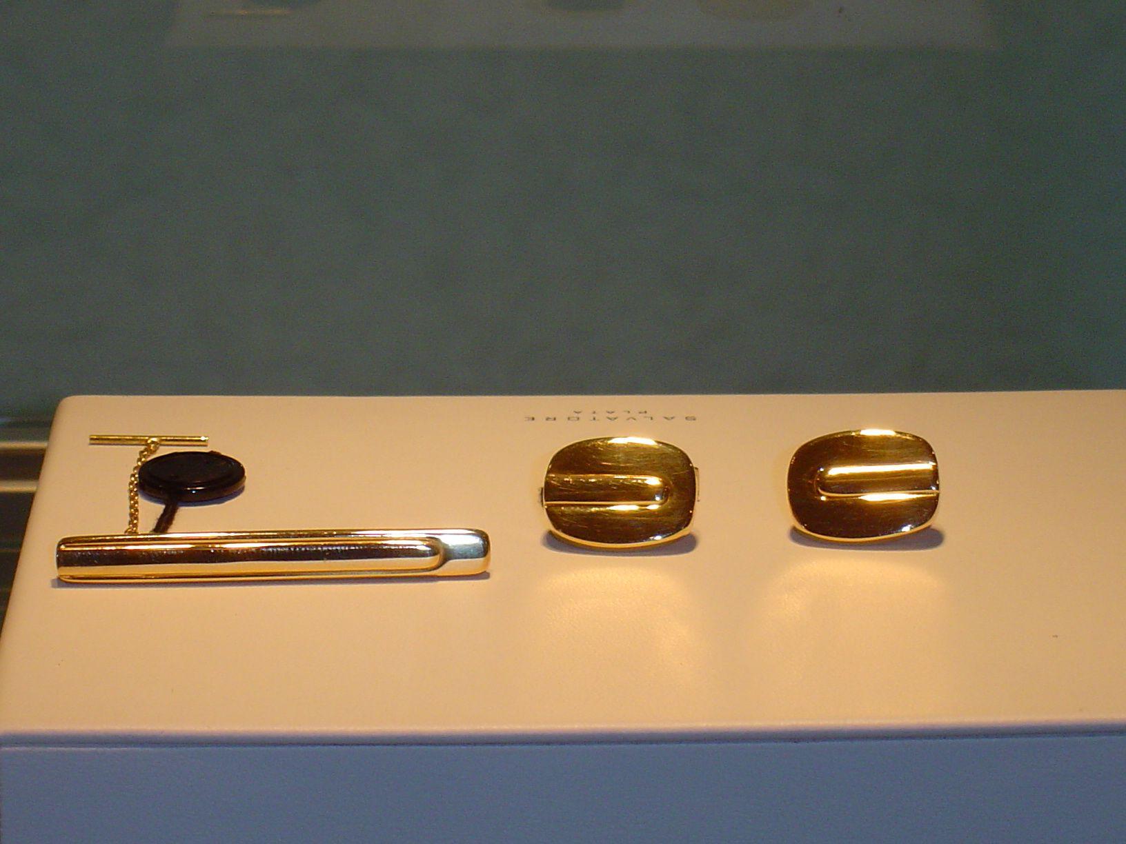 Pasador de corbata en oro. PVP 440 €  (antes 550 €). Gemelos de oro. PVP 680 € (antes 850 €)