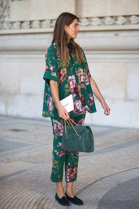 013281c9a4 Blusa y pantalón fluido con estampado floral.en tonos vivos que nos  recuerdan al kimono oriental. Este outfit me encanta!