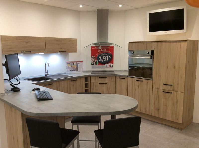 magasin de cuisine cuisine en forme de l avec table de couleur taupe en bois avec piano de. Black Bedroom Furniture Sets. Home Design Ideas