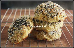 Hartig bloemkool broodje Van bloemkool kun je alles maken, dat wisten we al. Naast pizza, rijst, couscous en broodsticks, nu ook broodjes. Door ze na het bakken nog onder een hete gril te leggen worden ze extra knapperig. Het brooddeeg kun je op pimpen met alle... #amandelmeel #bloemkool #brood