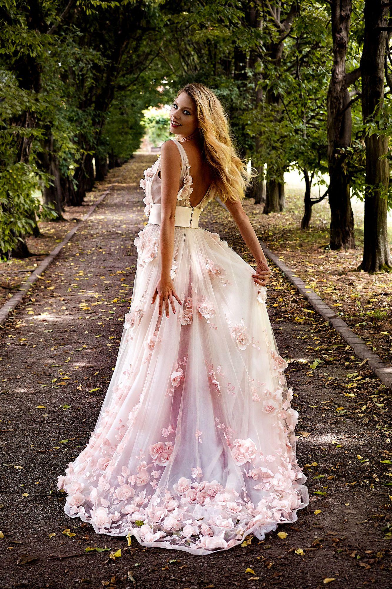 4617417da88b Splendido abito da sposa haute couture in tulle con applicazioni di rose ad  effetto 3D
