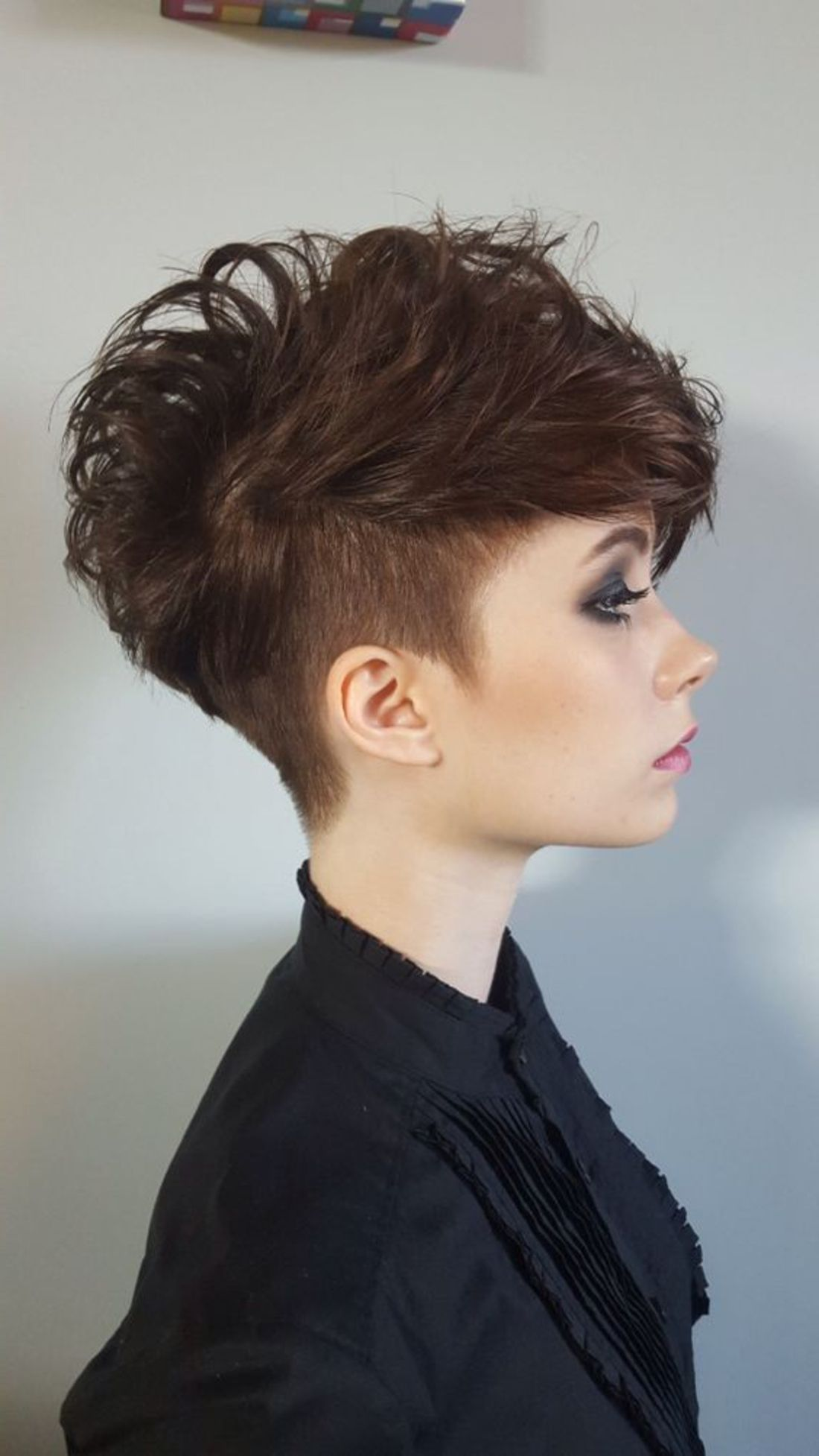 undercut frisuren hinterkopf braune haare wie dreieck rasiert lila lippenstift schwarze bluse. Black Bedroom Furniture Sets. Home Design Ideas