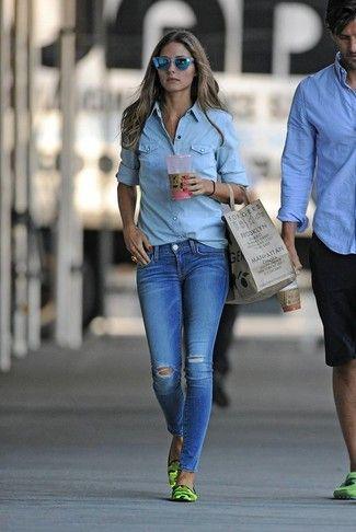 Olivia Palermo trägt Hellblaues Jeanshemd, Blaue Enge Jeans mit  Destroyed-Effekten, Grüne Camouflage Leder Slipper, Blaue Sonnenbrille a0b6329720