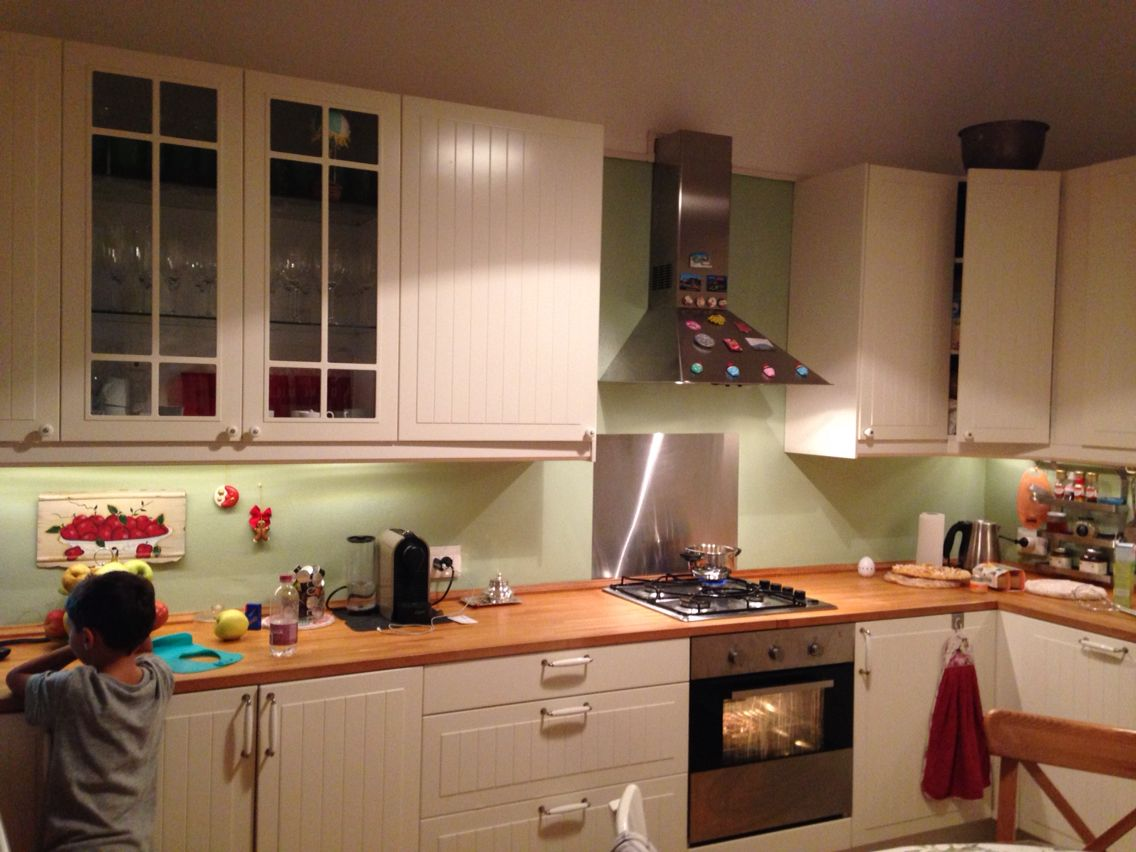 La mia cucina Ikea bianca. Ho colorato la parete con smalto all ...