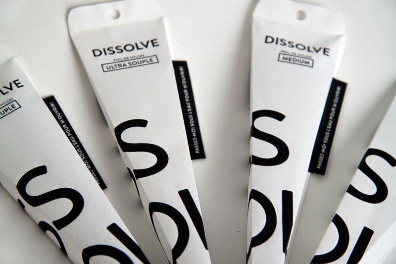 Envases que se disuelven en el agua, como este genial packaging biodegradable para el cepillo de dientes