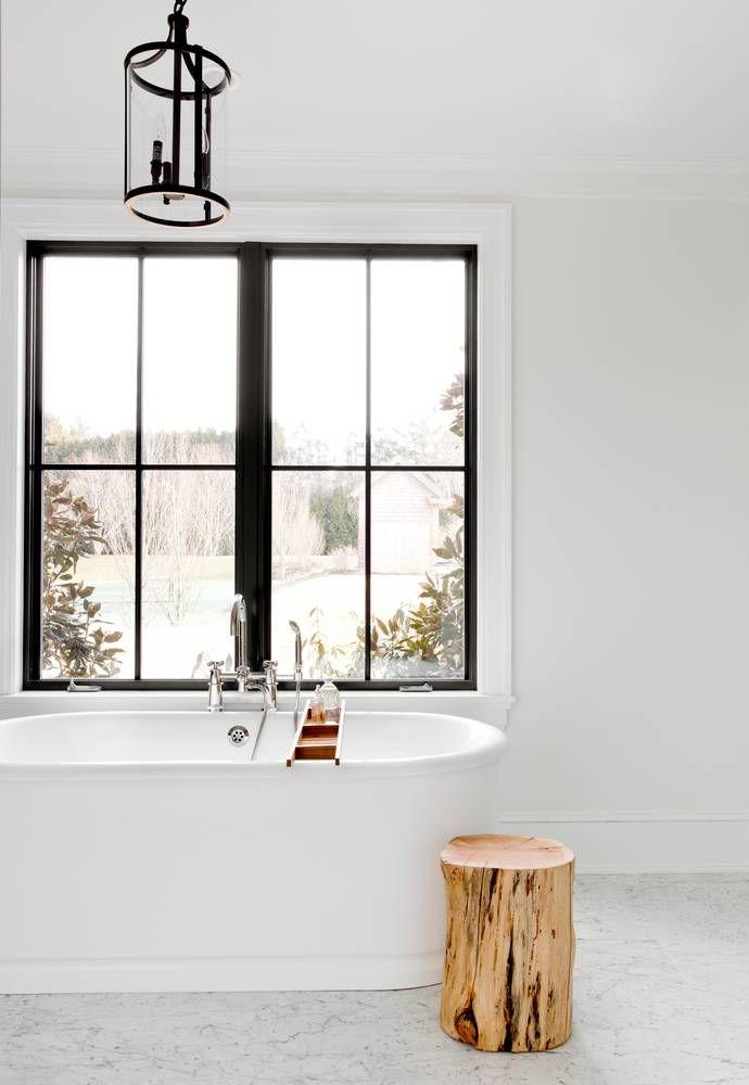 Mooi ramen: witte kozijnen, zwarte spijlen.  Een Hamptons huis met 10 slaapkamers! - Makeover.nl