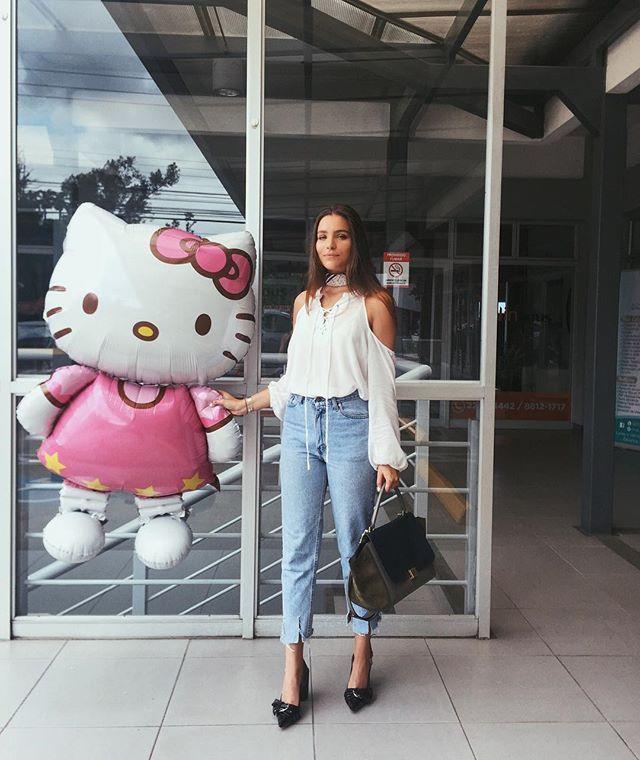 Obligando a Hello Kitty a ser mi amiga 🐱💕   Buying my friends ✨ Usando un pañuelo de @dona_daisy_ como choker. No se la pierdan en el trunk show de @molokocr ESTE JUEVES !! Tap, tap si quieren chismear de donde es mi ropa. ✌🏼️