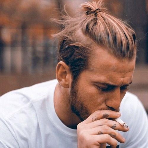 Мужская причёска с хвостом и выбритыми висками | Мужские ...