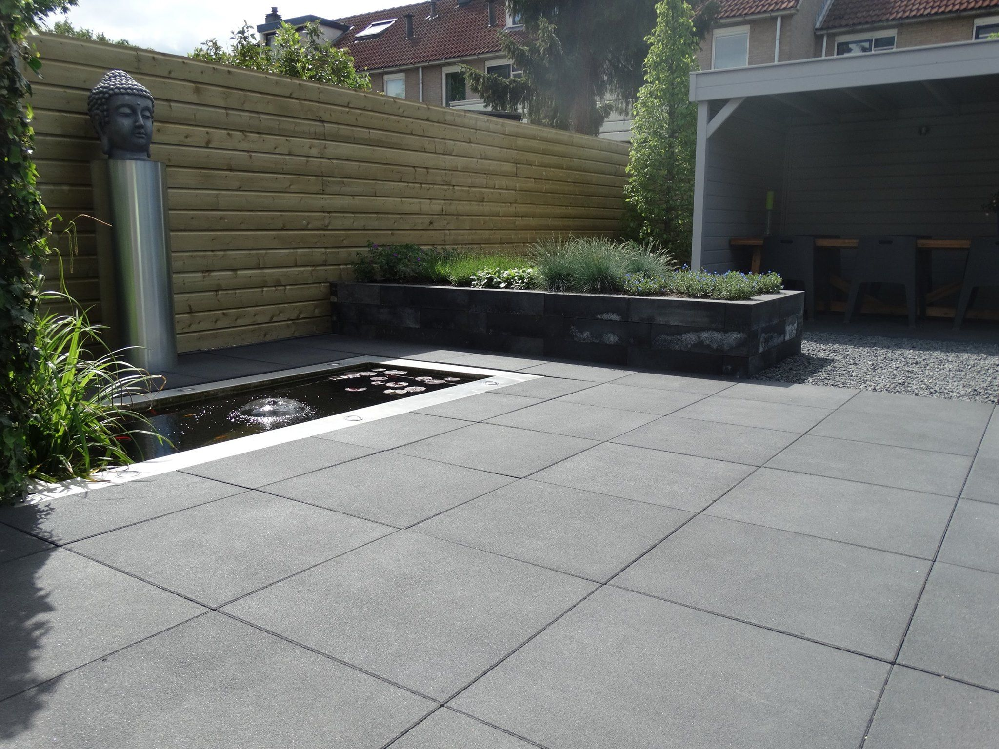 Patio tile 60x60 gecombineerd met strakke actie muurblokken snijers bestratingen heeft deze - Luifel ontwerp voor patio ...