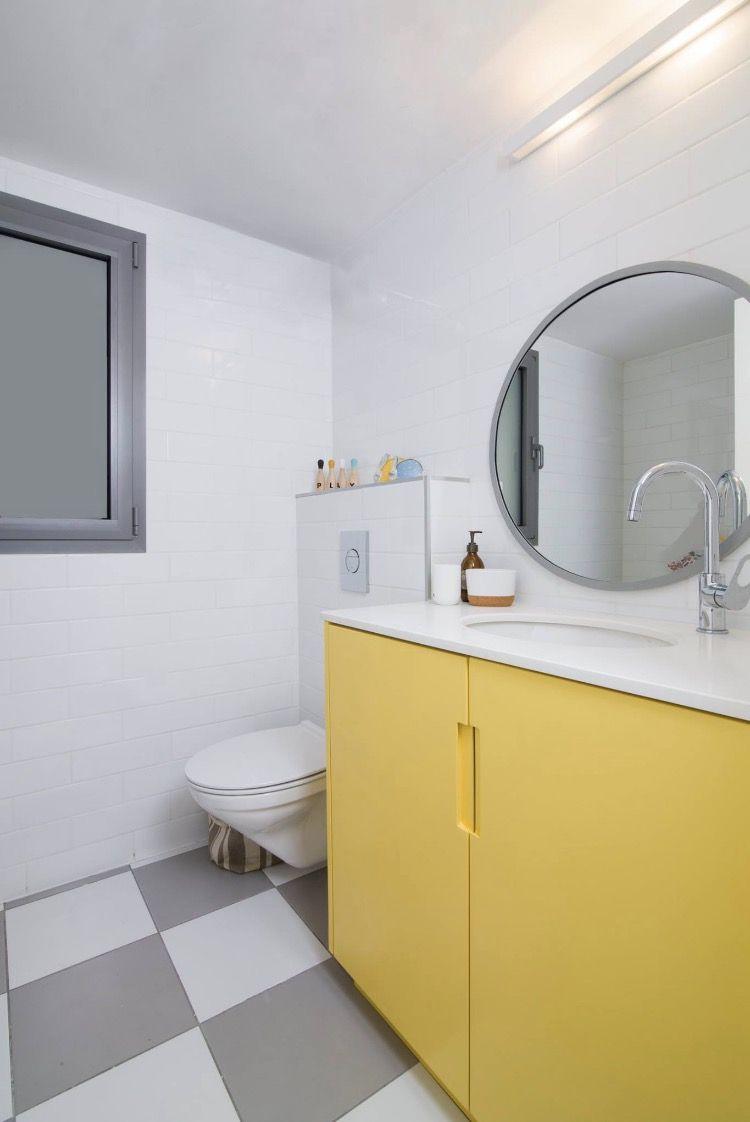 אמבטיית ילדים בגווני צהוב, אפור ולבן kids bathroom yellow, gray