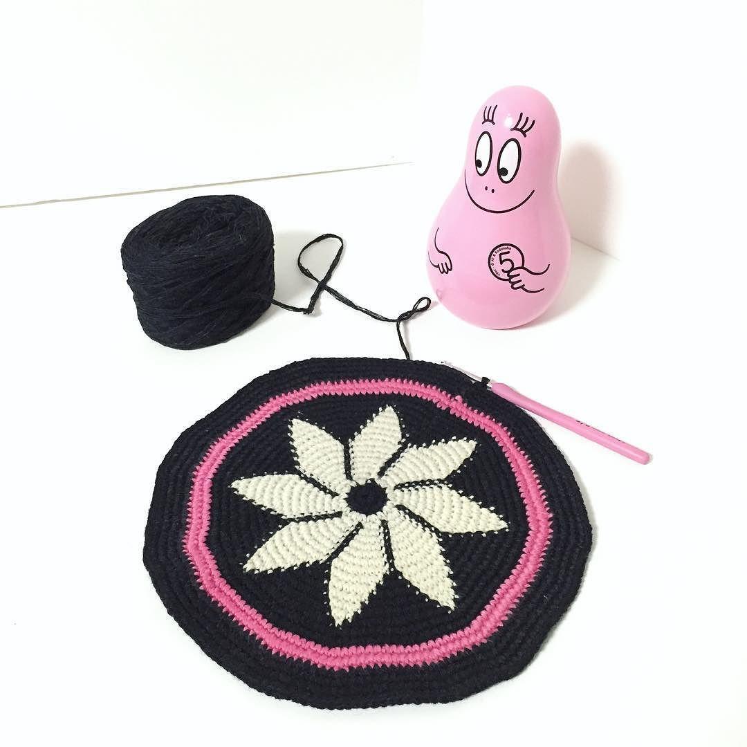 막무가내 코바늘스킬이라..모양이 영 아니네요. 결국 밑판를 다 하고서야 멈추고 말았네요 #wayuu #mochila #모칠라백#crochet #handmade #handiwork #코바늘 #instacrochet by b_elephant