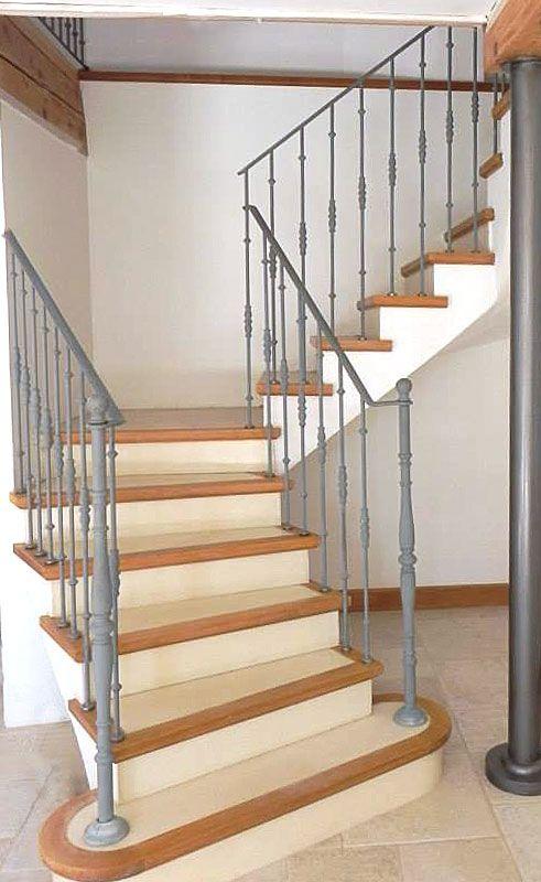 - Escalier béton teinté beige - 1/4 tournant - Nez de marche bois - Garde corps métallique