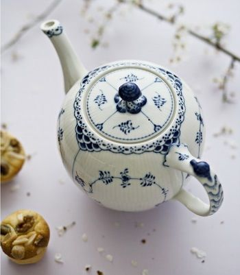 a gorgeous teapot i k ket pinterest blau porzellan und teekanne. Black Bedroom Furniture Sets. Home Design Ideas