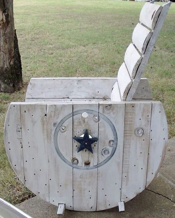 Old wire reel turned rocking chair very cool ideas in for Sillones de madera reciclada