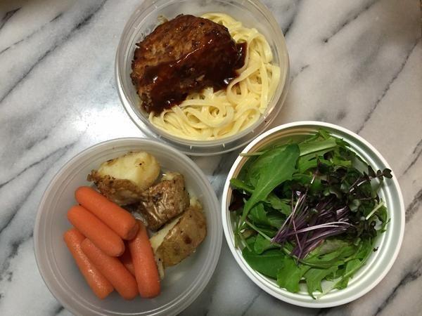 posted by @ishida_ken ハンバーグ・フェットチーネ、ミニキャロット・じゃがいものハーブ風味、ベビーリーフとスプラウト。#obentoart