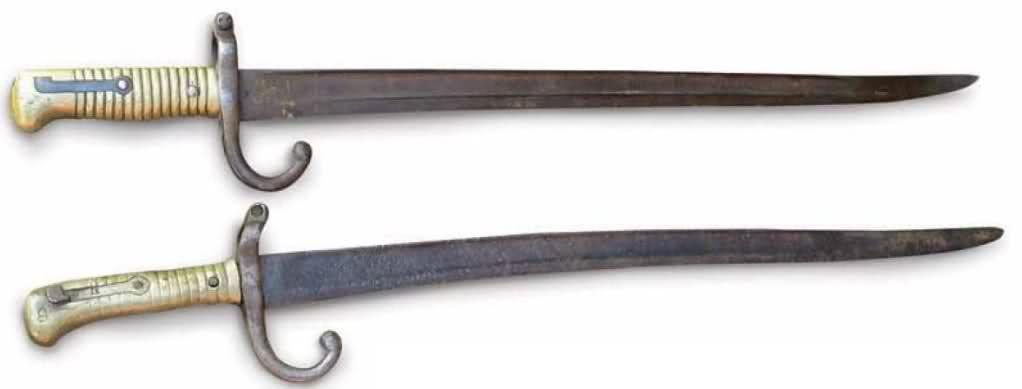 Bayonetas-sable, de Comblain I Peruano (abajo, encontrada en Tarapacá) y de Comblain II Chileno (arriba); ambos utilizados durante toda la guerra