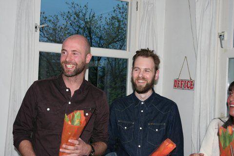 De websitebouwers, Ralf de Graaf en Roeland Betue, worden in het zonnetje gezet tijdens de website lanceringsborrel van MySwitch.