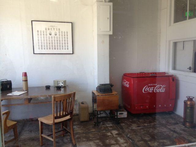 [Coke Code 266] 흉악범들이 투옥됐던 지옥의 섬 앨카트래즈의 감옥에서 코카-콜라가 발견됐다? 코카-콜라 쿨러와 옆에 놓인 빈 병 상자가 보이시나요? ㅋ_ㅋ 아마 감옥 감독관도 코-크의 팬이었던 모양입니다~