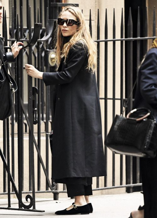 Mary-Kate leaving her home in NYC on May 17, 2016 (via olsensobsessive.com)