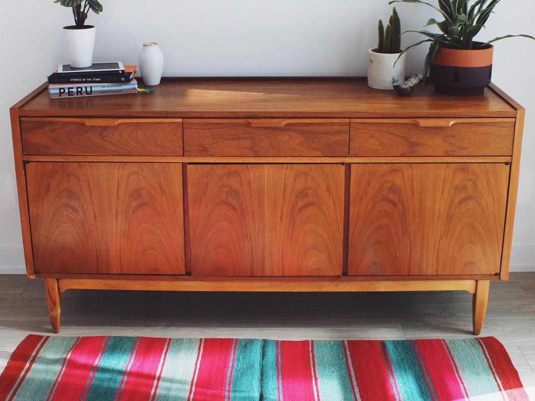 Credenza Peru : One of our peruvian rugs displayed in front a beautiful vintage