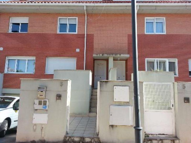 Chalet en Arroyo de la Encomienda. 163 m2, 2 plantas, sótano y buhardilla. 3 habitaciones y 2 baños. Garaje y trastero.  Townhouse in Arroyo de la Encomienda. 163 m2, 2 floors, basement & attic. 3 bedrooms & 2 baths. Garage & storage. 142.370€.